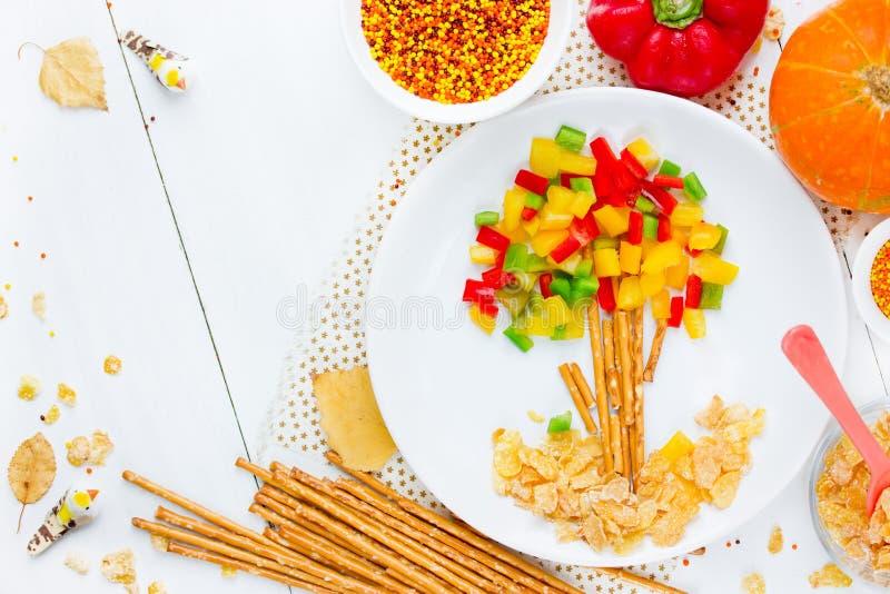 La idea sana del arte de la comida para los niños formó el árbol del otoño con colorido imagen de archivo