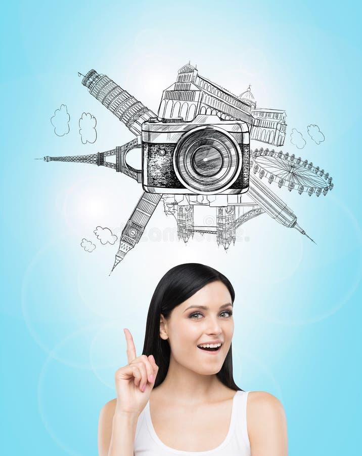 La idea sobre viajar viene a la mente de la mujer imagen de archivo