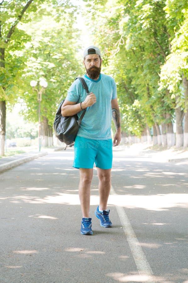 La identificación esté haciendo excursionismo bastante El hombre barbudo va a hacer excursionismo el vacaciones de verano Caminan imagenes de archivo