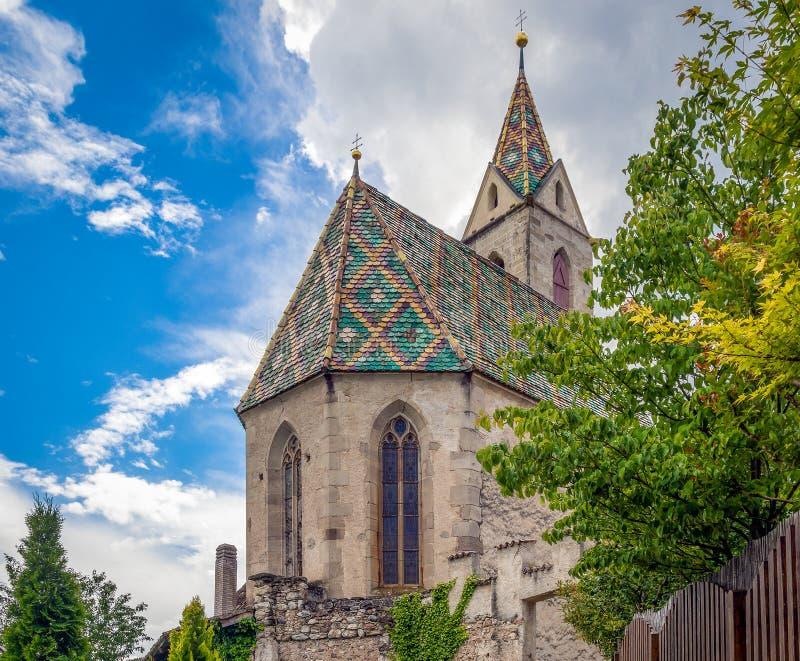 La iglesia de Castelvecchio, situada en 612 m asl, es el lugar localizado más alto que pertenece a Caldaro, el Tyrol del sur, Tre imagen de archivo