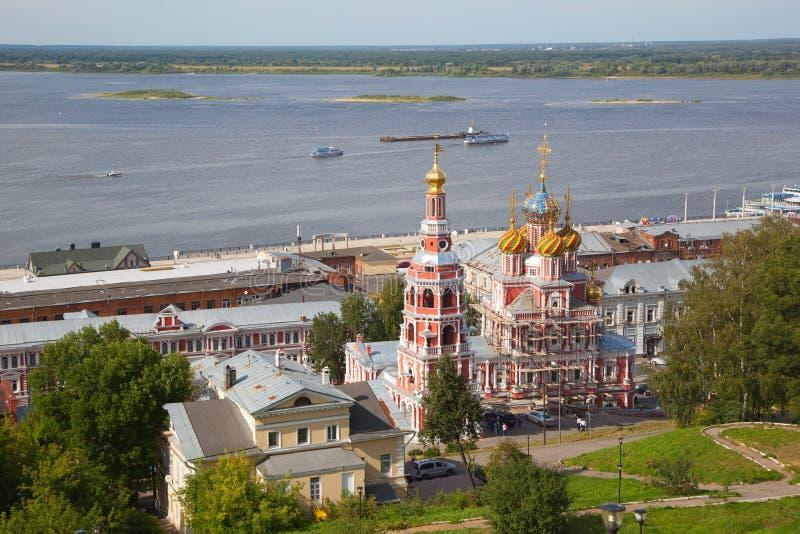 La iglesia de la catedral de la Virgen María bendecida, el río Volga foto de archivo