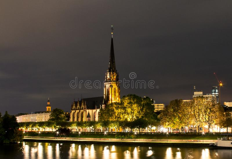 La iglesia de los tres reyes es una iglesia parroquial Lutheran en Francfort Está situado en el banco del río principal en la noc fotografía de archivo