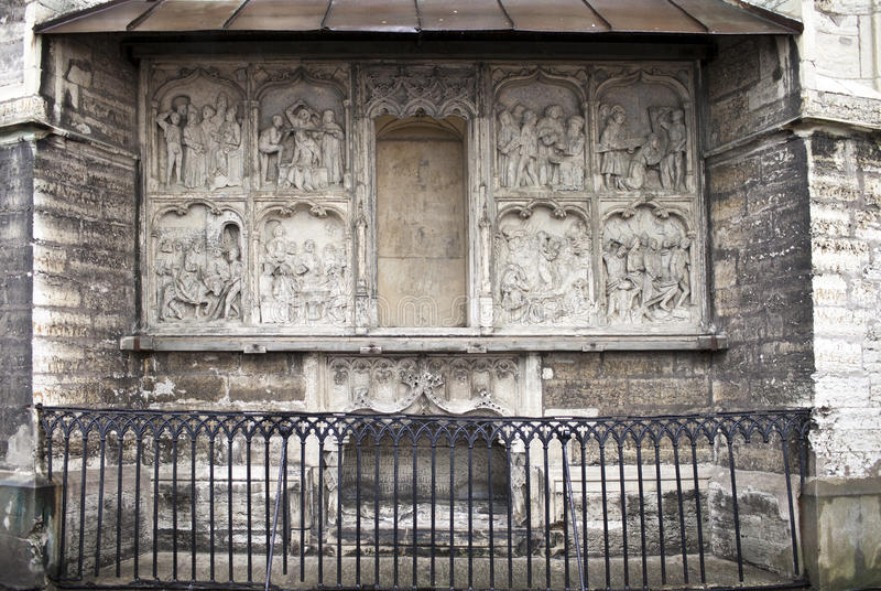 La iglesia de Olav del santo (Oleviste), capilla de Maria del santo, cenotafio el fundador Hans Pavels (1513) con la imagen de la fotografía de archivo