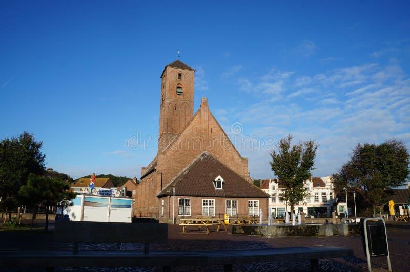 La iglesia de la pequeña ciudad en Wijk Zee aan foto de archivo