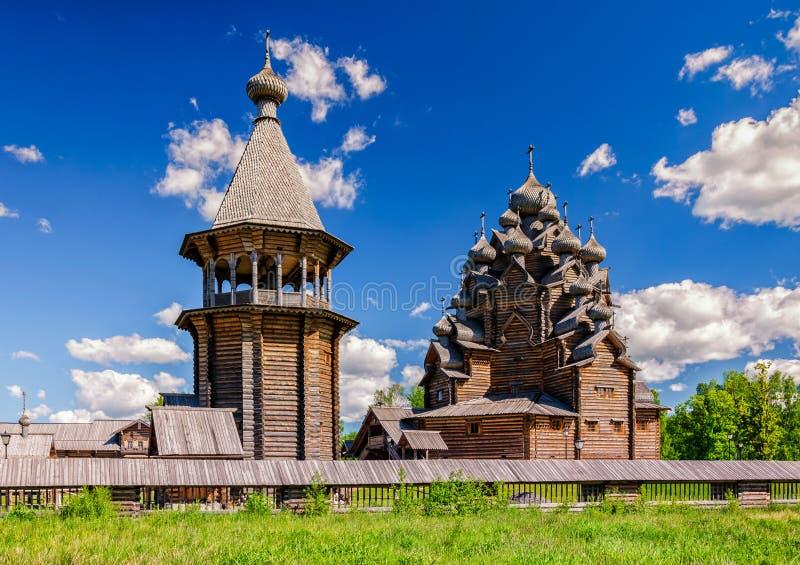 La iglesia de Pokrovskaya y el bellfry fotos de archivo