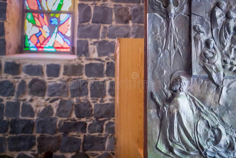 La Iglesia de la Primacía de San Pedro. Iglesia franciscana situada en Tabgha, Israel. Puertas y vidrieras, detalles imagen de archivo