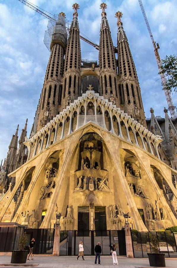 La iglesia de Sagrada FamÃlia es el proyecto famoso de Antoni Gaudi Barcelona, España - 15 de mayo de 2018 foto de archivo