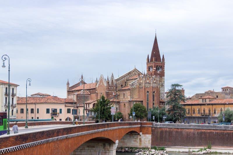 La iglesia de San Fermo Maggiore en el río del Adigio foto de archivo