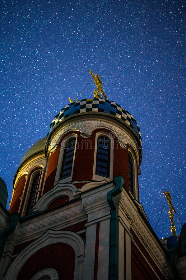 La iglesia de San Jorge en la ciudad de Medyn, región de Kaluga en Rusia en el fondo del cielo estrellado imagenes de archivo