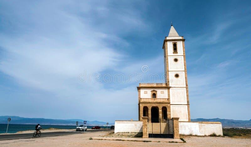 La iglesia de San Miguel Beach y de las salinas, admite Cabo de Gata, Almería, España foto de archivo