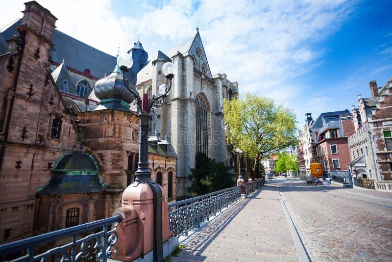 La iglesia de San Miguel, calle de Sint-Michielsplein fotos de archivo libres de regalías