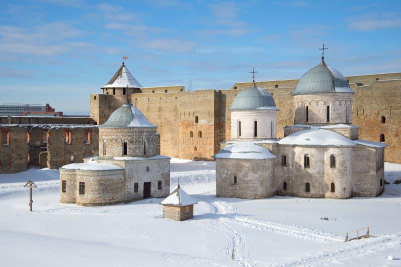 La iglesia de San Nicolás y de la catedral de la suposición dentro de las paredes de la fortaleza de Ivangorod Ivangorod, R foto de archivo libre de regalías