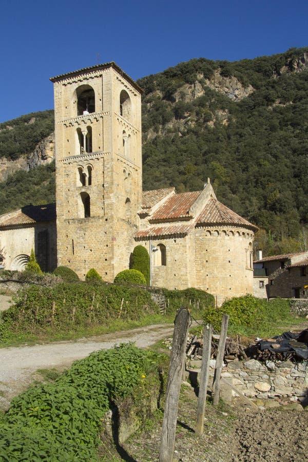 La iglesia de Sant Cristofor adentro engendra el pueblo, Garrotxa, provinc de Girona fotografía de archivo