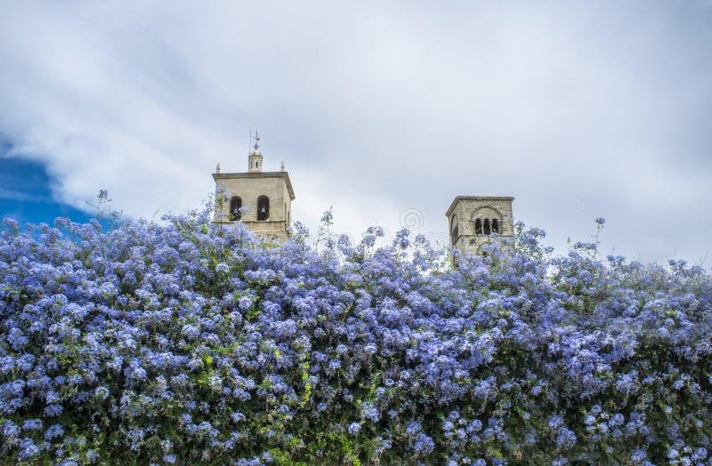La iglesia de Santa Maria la Mayor se eleva, Trujillo, España fotos de archivo