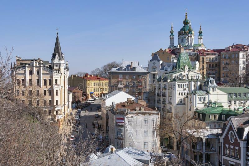 La iglesia de St Andrew y pendiente de Andriyivskyy en Kiev, Ucrania foto de archivo