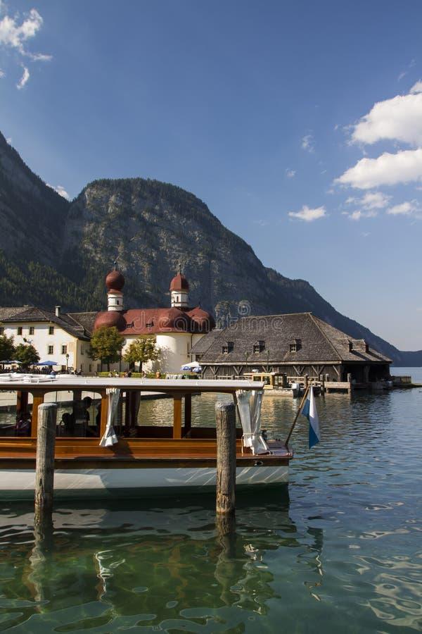 La iglesia de St Bartholomew en el lago Koenigssee cerca de Berchtesgaden, fotos de archivo