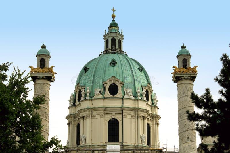 La iglesia de St Charles (Karlskirche) en Viena, Austria en la salida del sol imagen de archivo