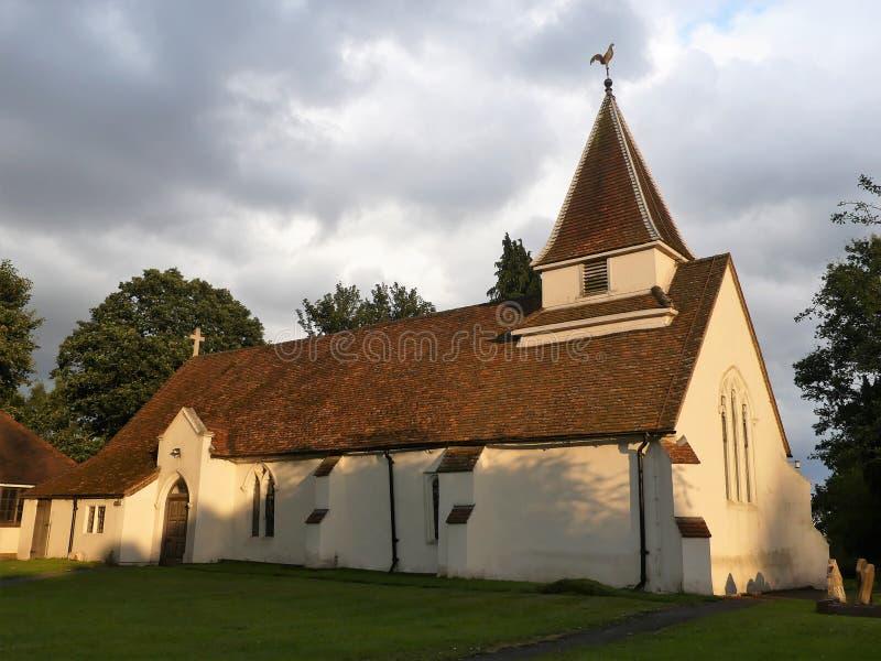 La iglesia de St Leonard en las colinas de Chiltern de Buckinghamshire foto de archivo