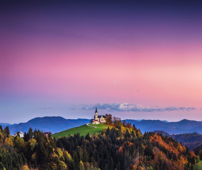 La iglesia de St Leonard se coloca en la colina de la iglesia cerca del pueblo de Crni Vrh foto de archivo