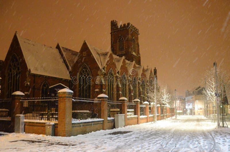 La iglesia de St Mary en la nieve fotografía de archivo libre de regalías
