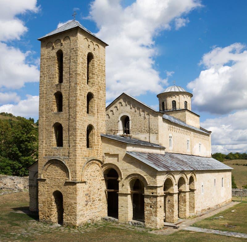 La iglesia de la trinidad santa en el monasterio ortodoxo de Sopocani imagenes de archivo