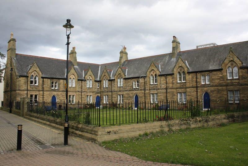 La iglesia del ladrillo en la parte posterior del callejón reservado foto de archivo