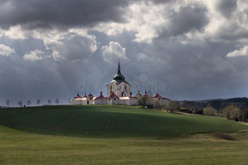 La iglesia del peregrinaje en el hora de Zelena en la tormenta de la República Checa poco antes, patrimonio mundial de la UNESCO fotos de archivo