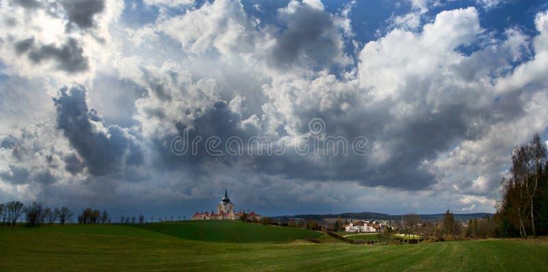 La iglesia del peregrinaje en el hora de Zelena en la tormenta de la República Checa poco antes, patrimonio mundial de la UNESCO foto de archivo