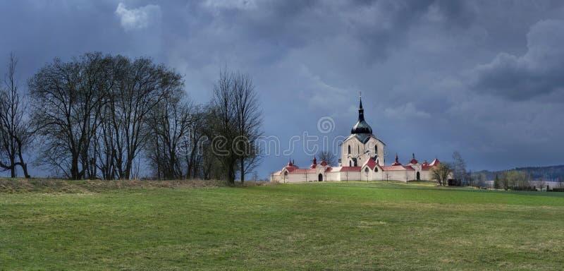 La iglesia del peregrinaje en el hora de Zelena en la tormenta de la República Checa poco antes, patrimonio mundial de la UNESCO imagen de archivo