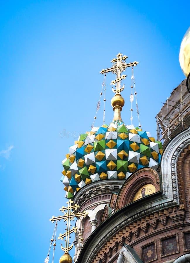 La iglesia del salvador en la sangre Spilled, St Petersburg, Rusia en el cielo azul imagenes de archivo