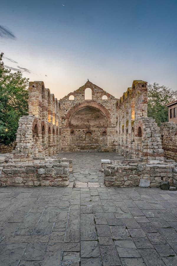 La iglesia del santo Sof?a u obispado viejo en la salida del sol en la ciudad antigua de Nessebar Nesebar, Nesebr es un sitio del fotos de archivo