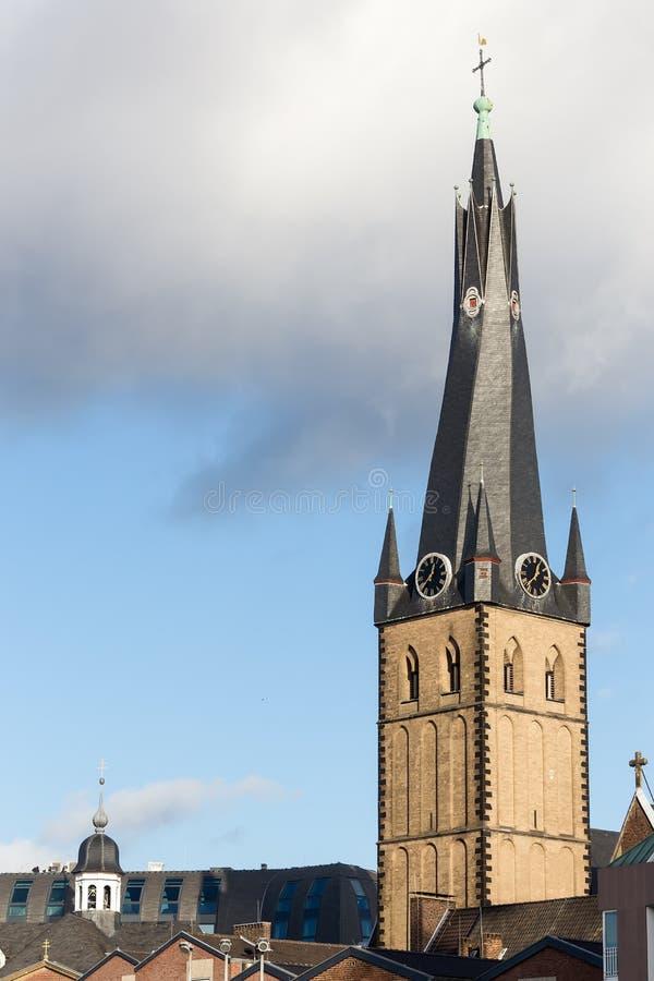 La iglesia del St Lamberto es iglesia católica romana en el histo de Düsseldorf imágenes de archivo libres de regalías