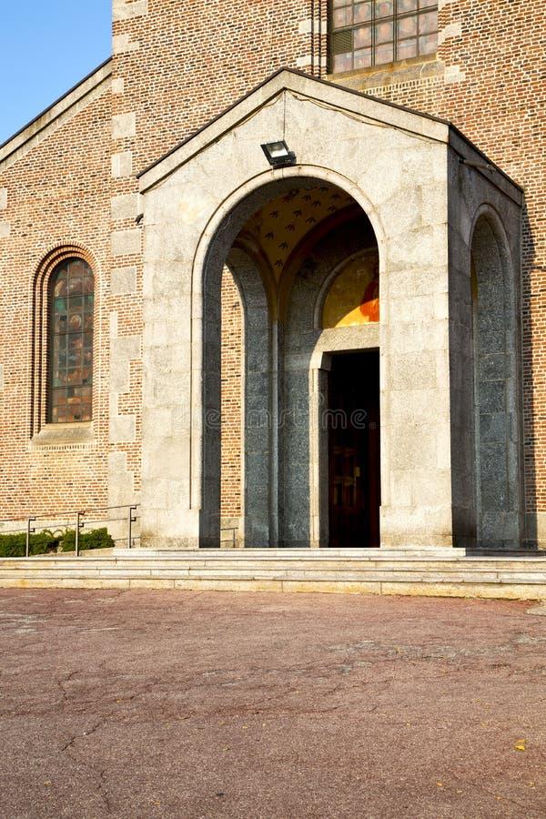La iglesia en el turbigo cerró la acera Italia l de la torre del ladrillo foto de archivo