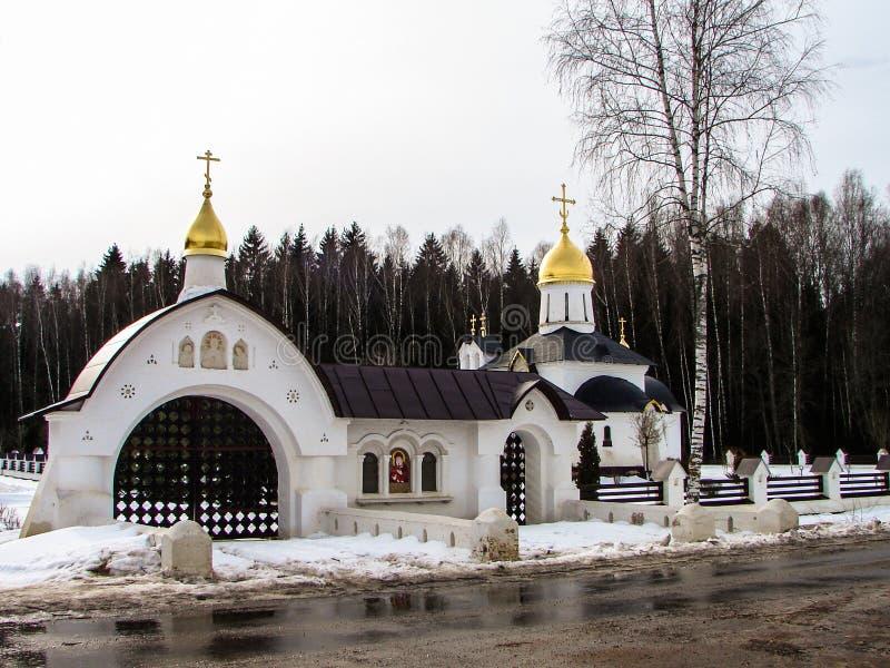 La iglesia es la capilla de San Jorge en el lago del pueblo (distrito de Medynsky del oblast de Kaluga, Rusia) fotografía de archivo