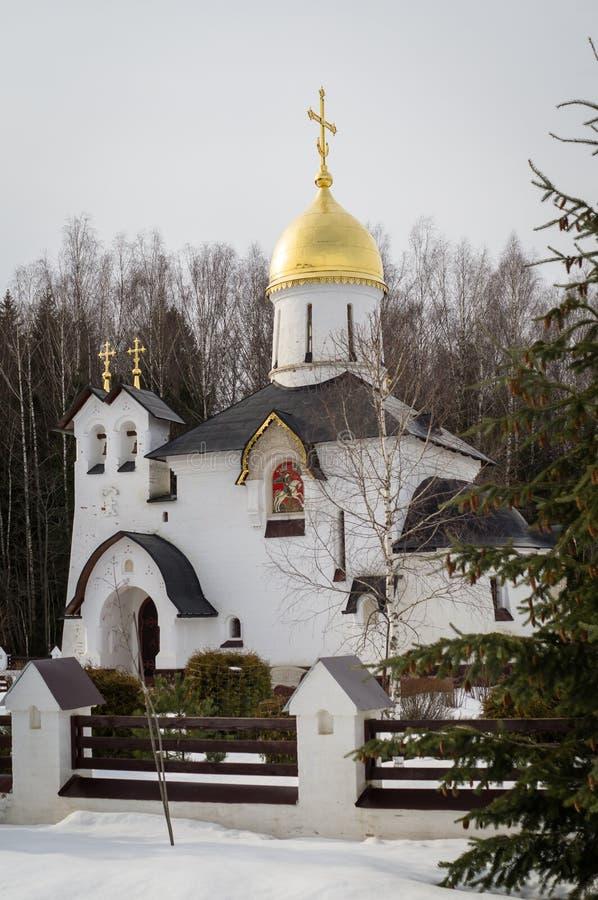 La iglesia es la capilla de San Jorge en el lago del pueblo (distrito de Medynsky del oblast de Kaluga, Rusia) fotos de archivo