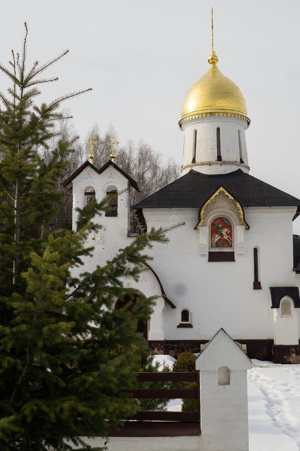 La iglesia es la capilla de San Jorge en el lago del pueblo (distrito de Medynsky del oblast de Kaluga, Rusia) imagen de archivo libre de regalías