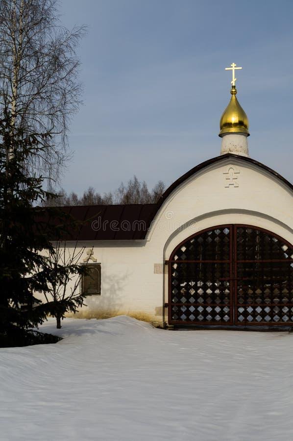 La iglesia es la capilla de San Jorge en el lago del pueblo (distrito de Medynsky del oblast de Kaluga, Rusia) fotos de archivo libres de regalías