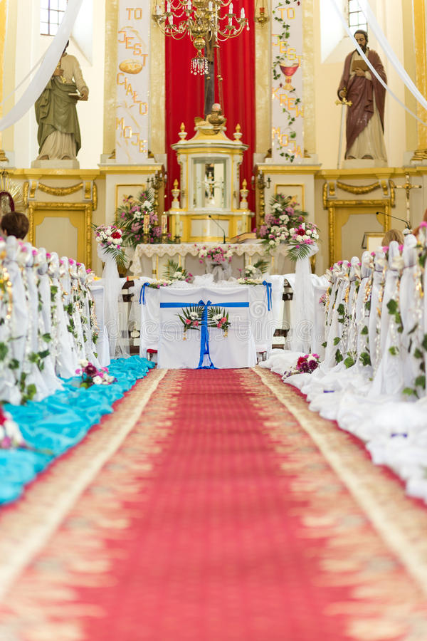La iglesia está lista para la ceremonia de boda fotografía de archivo