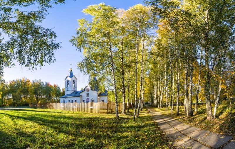 La iglesia ortodoxa en otoño, cerca de la avenida del abedul imagen de archivo libre de regalías