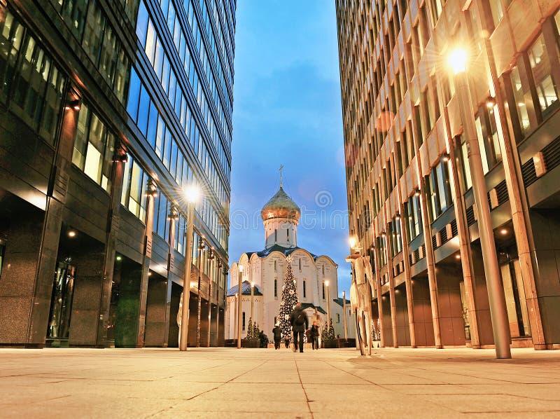 La iglesia ortodoxa vieja entre la oficina se centra en el centro de la ciudad de Moscú foto de archivo