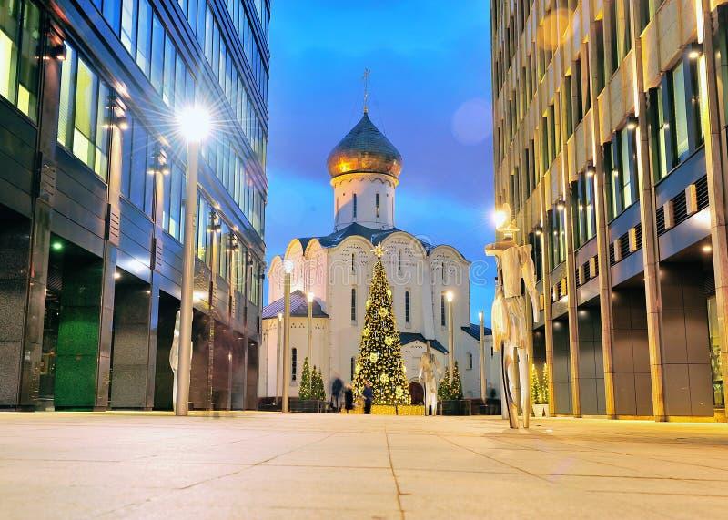 La iglesia ortodoxa vieja entre la oficina se centra en Moscú imagen de archivo