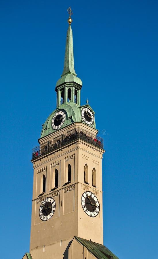 La iglesia parroquial de San Pedro, uno de la señal más famosa de Munich fotos de archivo