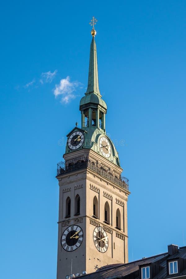 La iglesia parroquial de San Pedro, uno de la señal más famosa de Munich imagenes de archivo