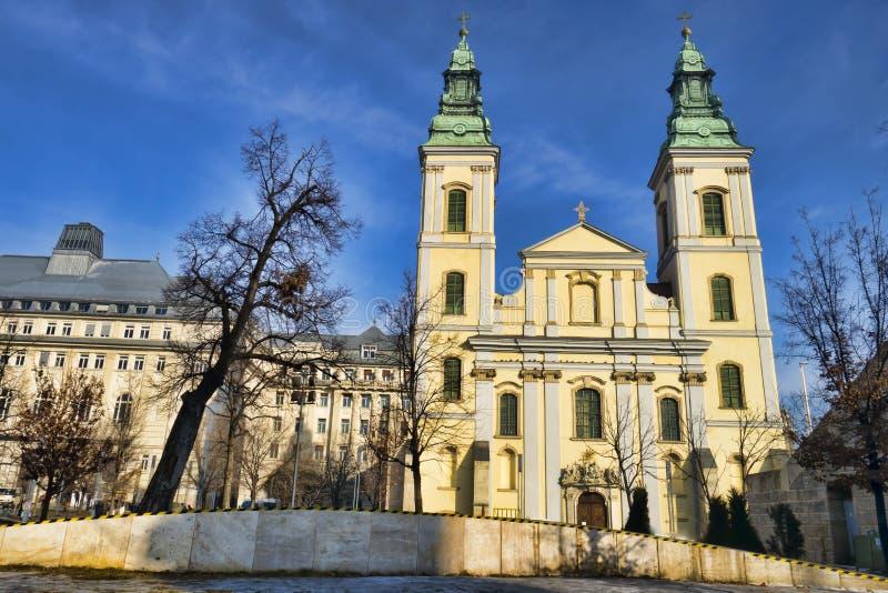 La iglesia parroquial del centro de la ciudad en Budapest, Hungría foto de archivo