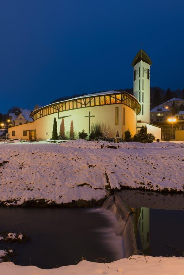 La iglesia santa de la familia en ciudad del balneario de Luhacovice imagenes de archivo