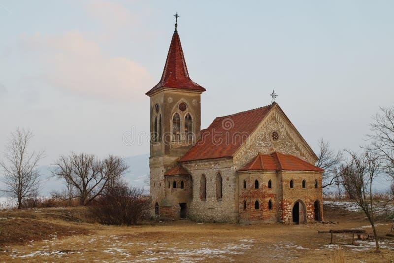 La iglesia, templo católico en el pueblo difunto de Musov, Moravia del sur, República Checa imagenes de archivo