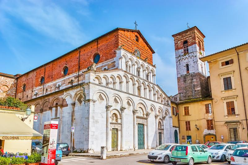 La iglesia vieja con el ataque frontal incompleto, Lucca, Italia fotos de archivo libres de regalías