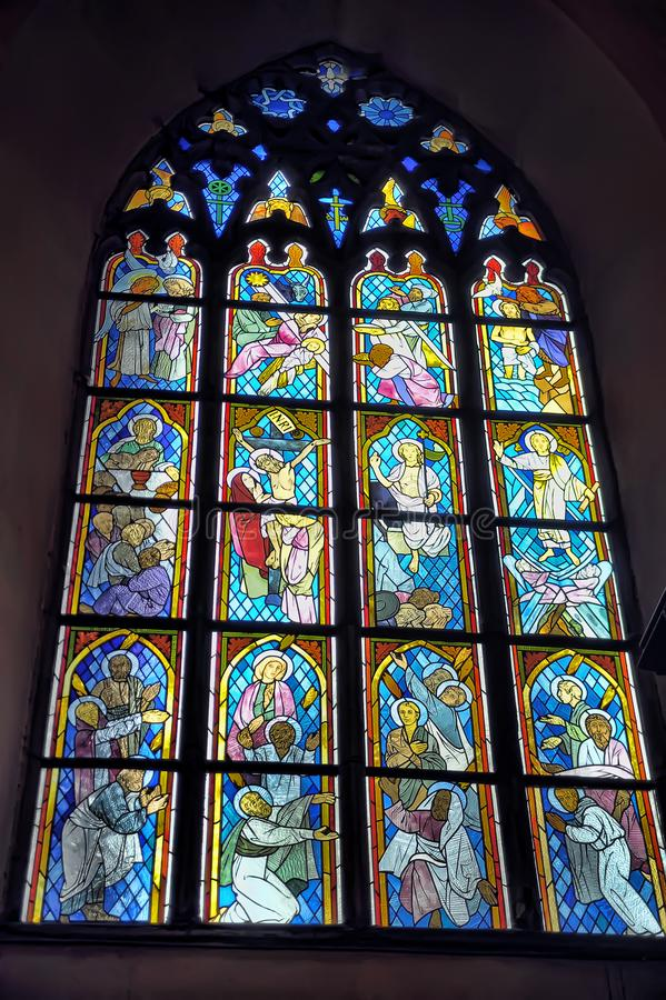 La iglesia vieja del interior del Espíritu Santo, vitrales en la iglesia fotos de archivo