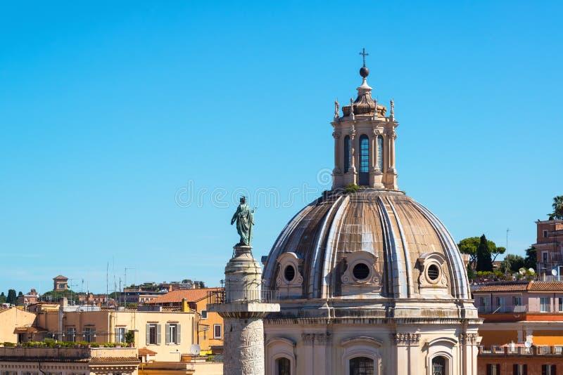 La iglesia vieja y la columna de Trajan antiguo en Roma foto de archivo