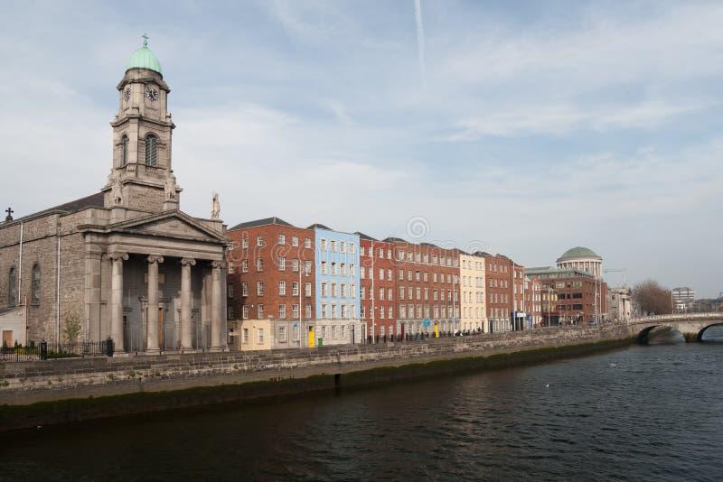 La iglesia y río Liffey de San Pablo en Dublín imagen de archivo